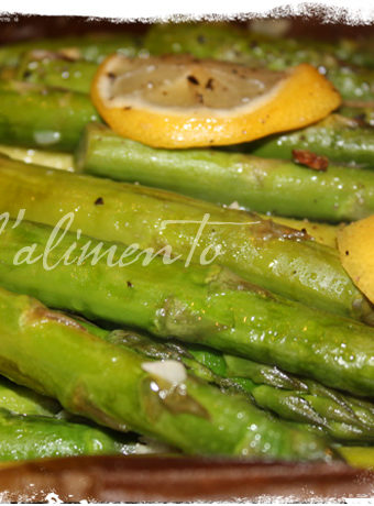 baked asparagus topped with lemon slices