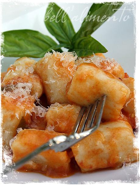 Gnocchi con Sugo di Pomodoro {Gnocchi with a light Tomato Sauce ...