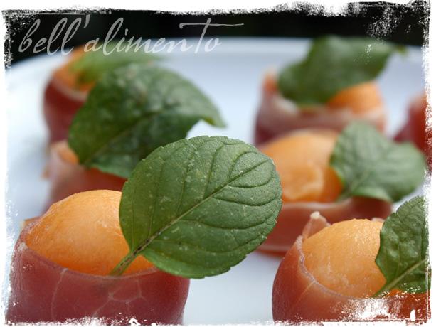 Prosciutto e melone melon wrapped in prosciutto bell for Prosciutto canape