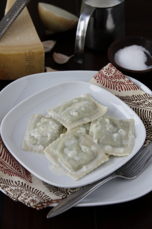 Ravioli in Bianco {Ravioli with Garlic Cream Sauce}