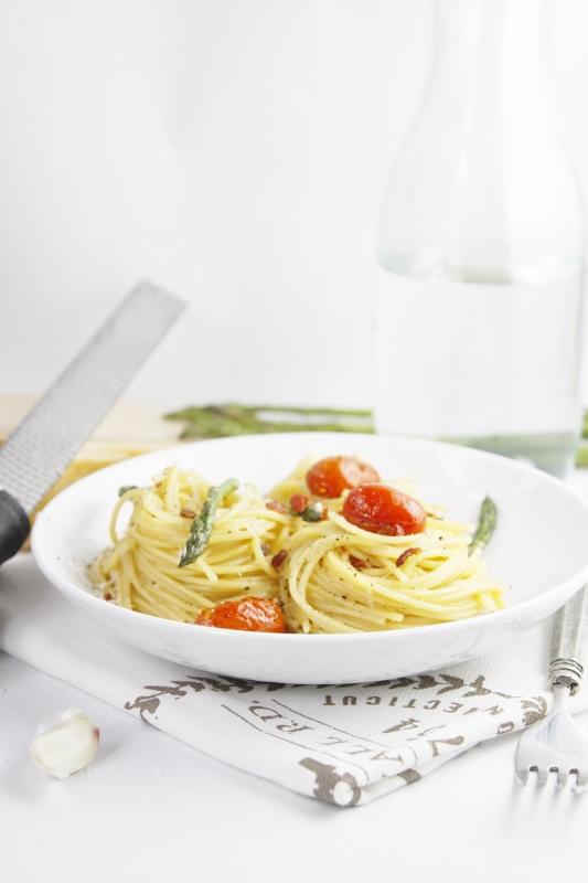 Easy Asparagus and Tomato Carbonara | www.bellalimento.com