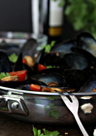 Mussels with Tomato and White Wine in skillet.