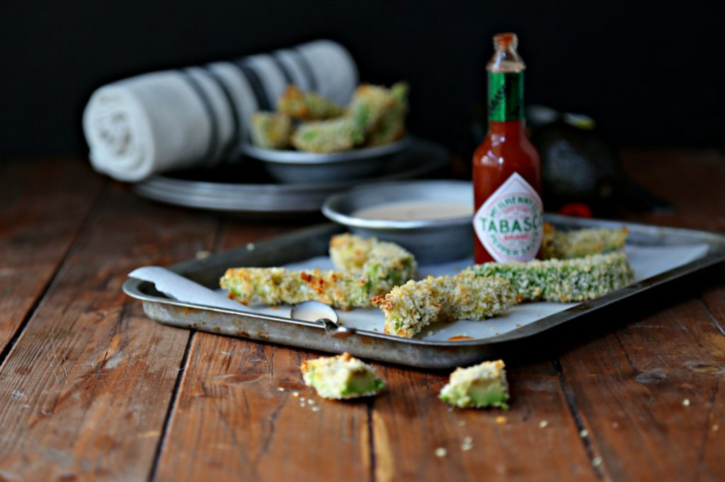 Crispy Baked Avocado Fries with Spicy Dipping Sauce #appetizer #fingerfood #avocado #avocadofries #vegetarian