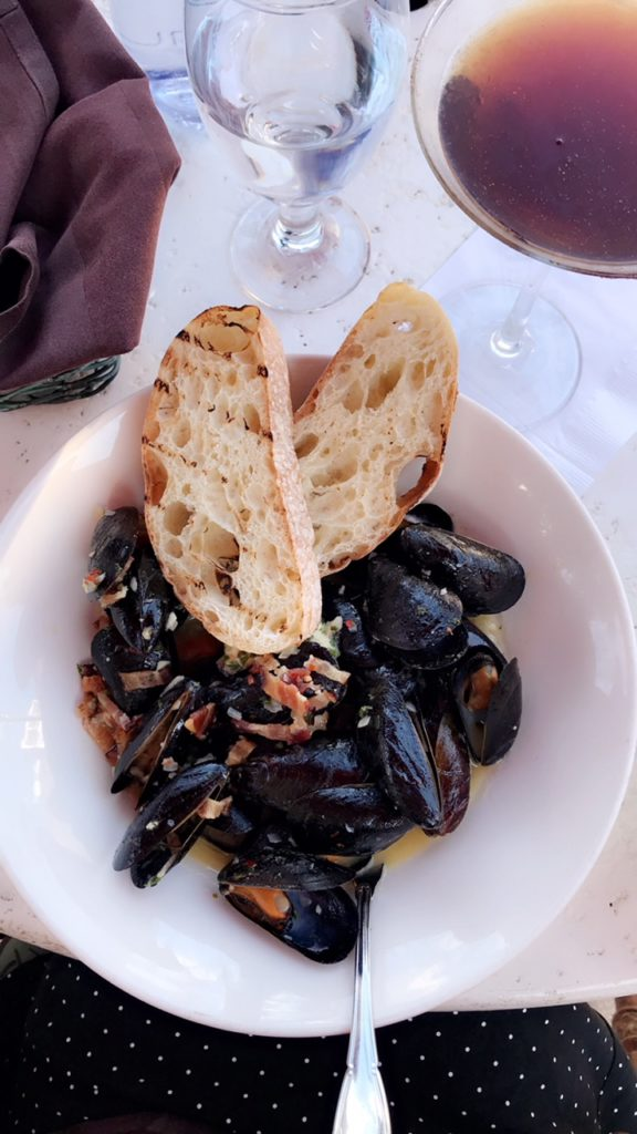 plate of mussels with bread.
